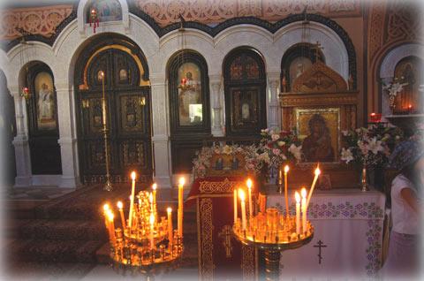 Храмовые иконы украшены цветами
