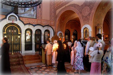 Верующие прикладываются к мощам преподобномученицы великой княгини Елисаветы Федоровны