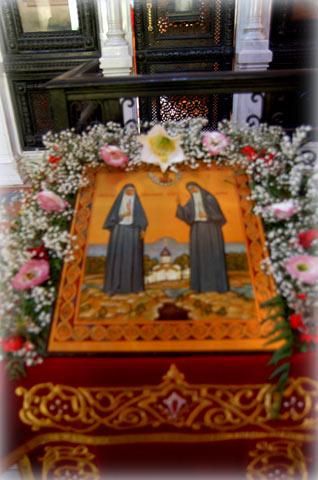 Празднично украшенная икона преподобномучениц Елисаветы Фодоровны и инокини Варвары