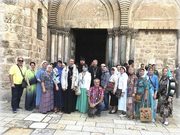 Павел Платонов с паломниками из России у входа в церковь Гроба Господня в Иерусалиме. Ноябрь 2017