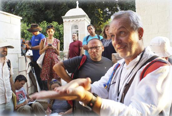 Павел Платонов проводит занятия на подворье РДМ в Яффо на языке иврит для лицензированных гидов от министерства по туризму Израиля. Сентябрь 2017
