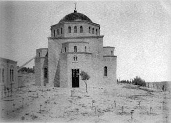 Вид Вознесенкой церкви и посаженных перед ним деревьев до начала строительства колокольни