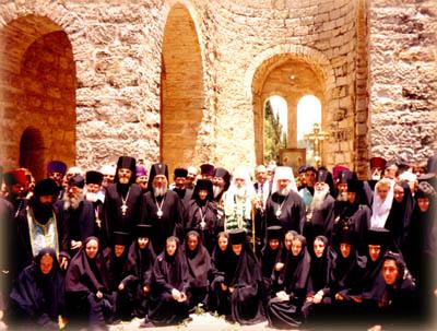 Святейший Патриарх Алексий II благословляет дальнейшее строительство собора.