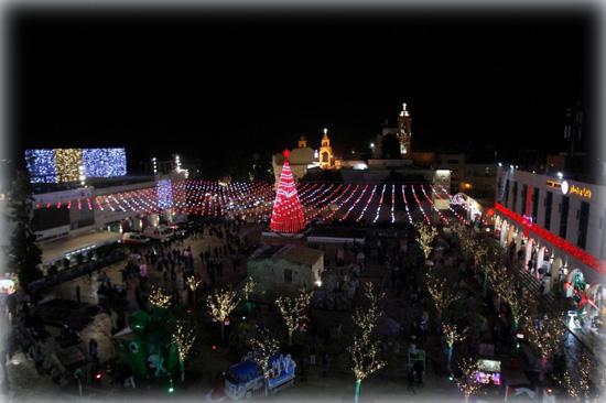 Рождественская площадь в Вифлеем крашена праздничными гирляндами и Новогодней ёлкой