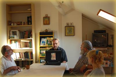 Павел Платонов читает лекцию в офисе Иерусалимского отделения ИППО
