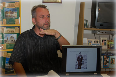 Председатель Иерусалимского отделения ИППО Павел Платонов читает лекцию в офисе ИППО