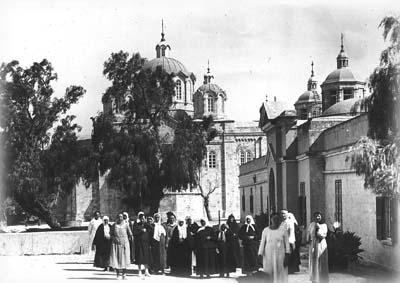 Русский паломники напротв Свято-Троицкого собора в Иерусалиме