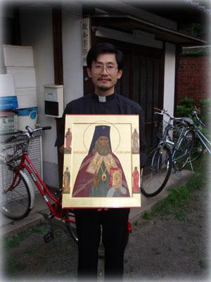 Священник Иоанн Оно с иконой святителя Николая Японского у дома причта рядом с Собором в Киото, 2006 год.
