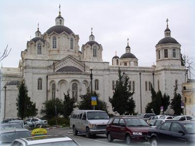 Свято-Троицкий собор в Иерусалиме, окруженный со всех сторон стоянками.