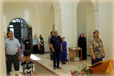Прихожане и гости, прибывшие на торжество праздника
