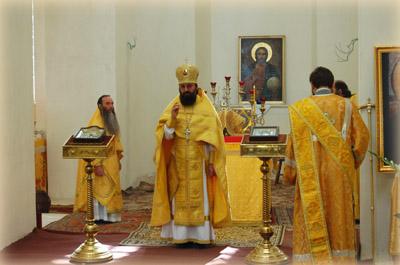 Начальник Русской Духовной Миссии в Иерусалиме архимандрит Елисей благословляет верующих