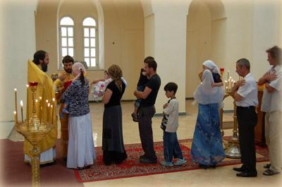 Верующие причащаются Святых Христовых Таин