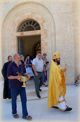 Торжественную процессию возглавил начальник Русской Духовной Миссии в Иерусалиме архимандрит Елисей